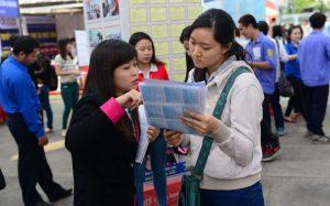 Sinh viên tham khảo công việc tìm gia sư - nguồn Tuổi Trẻ