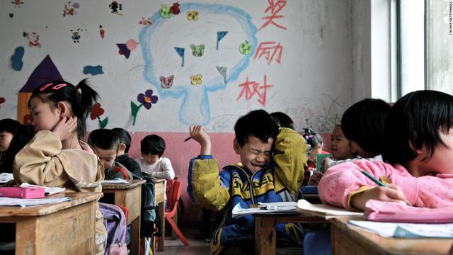 Dù học lực giỏi hay yếu, nhiều học sinh Trung Quốc vẫn bị cha mẹ bắt đi học thêm.