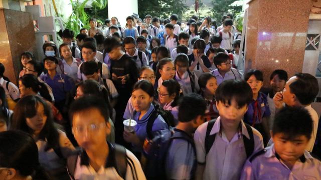 Học sinh ra về sau buổi học thêm tại một trung tâm ở TP.HCM - Ảnh: NHƯ HÙNG