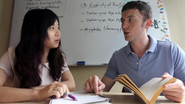Học sinh Tracy Tian (trái) đang học thêm tiếng Anh giọng Mỹ với thầy