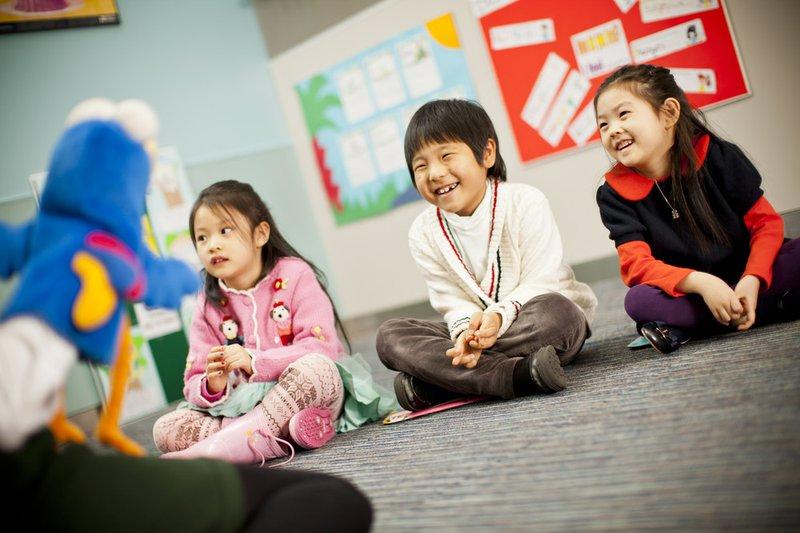 Dạy ngoại ngữ, đặc biệt là tiếng Anh cho trẻ ở độ tuổi mẫu giáo đang là vấn đề được các bậc phụ huynh Việt Nam hết sức quan tâm.
